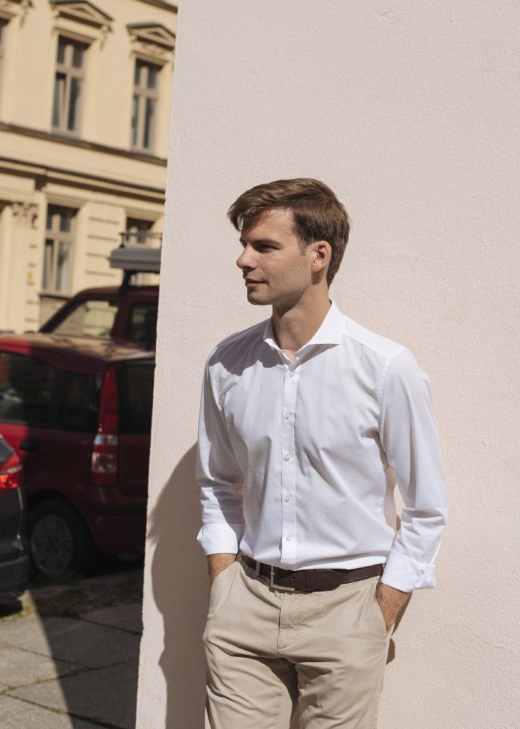 Paul Roßmann lehnt sich an eine Wand und schaut zur Seite